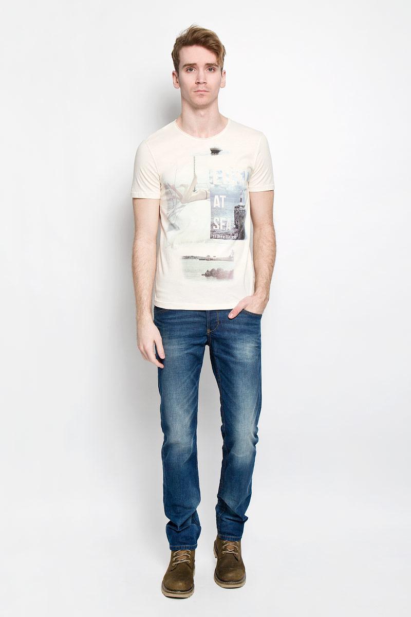 Футболка1033996.02.12Стильная мужская футболка Tom Tailor Denim, изготовленная из высококачественного материала, обладает высокой теплопроводностью, воздухопроницаемостью и гигроскопичностью, позволяет коже дышать. Модель с короткими рукавами и круглым вырезом горловины - идеальный вариант для создания образа в стиле Casual. Футболка украшена оригинальным принтом и надписями на английском языке. Горловина футболки дополнена вставкой с необработанным краем. <br Такая модель подарит вам комфорт в течение всего дня и послужит замечательным дополнением к вашему гардеробу.