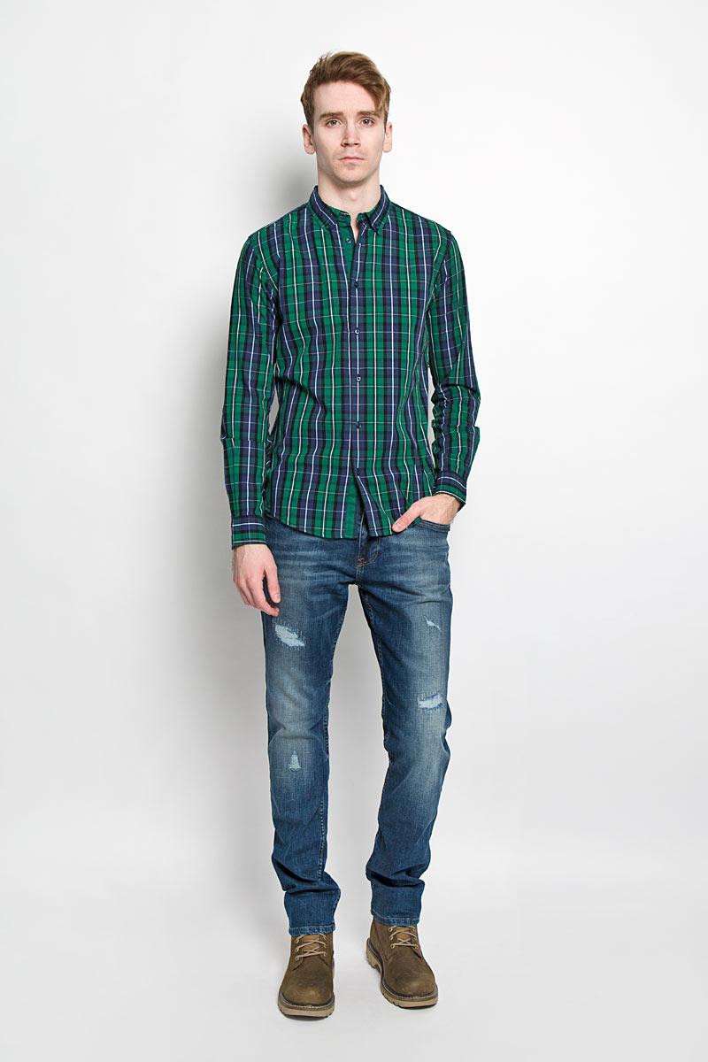 Рубашка мужская. SKL1980ZISKL1980ZIСтильная мужская рубашка Top Secret, изготовленная из высококачественного хлопка, необычайно мягкая и приятная на ощупь, не сковывает движения и позволяет коже дышать, обеспечивая наибольший комфорт. Модная рубашка немного приталенного кроя с отложным воротником, длинными рукавами и полукруглым низом застегивается на пластиковые пуговицы. Уголки воротника фиксируются при помощи пуговиц. Длинные рукава дополнены манжетами на пуговицах. Модель оформлена принтом в клетку и на локтях дополнена однотонными декоративными заплатками. Эта рубашка идеальный вариант для повседневного гардероба. Такая модель порадует настоящих ценителей комфорта и практичности!