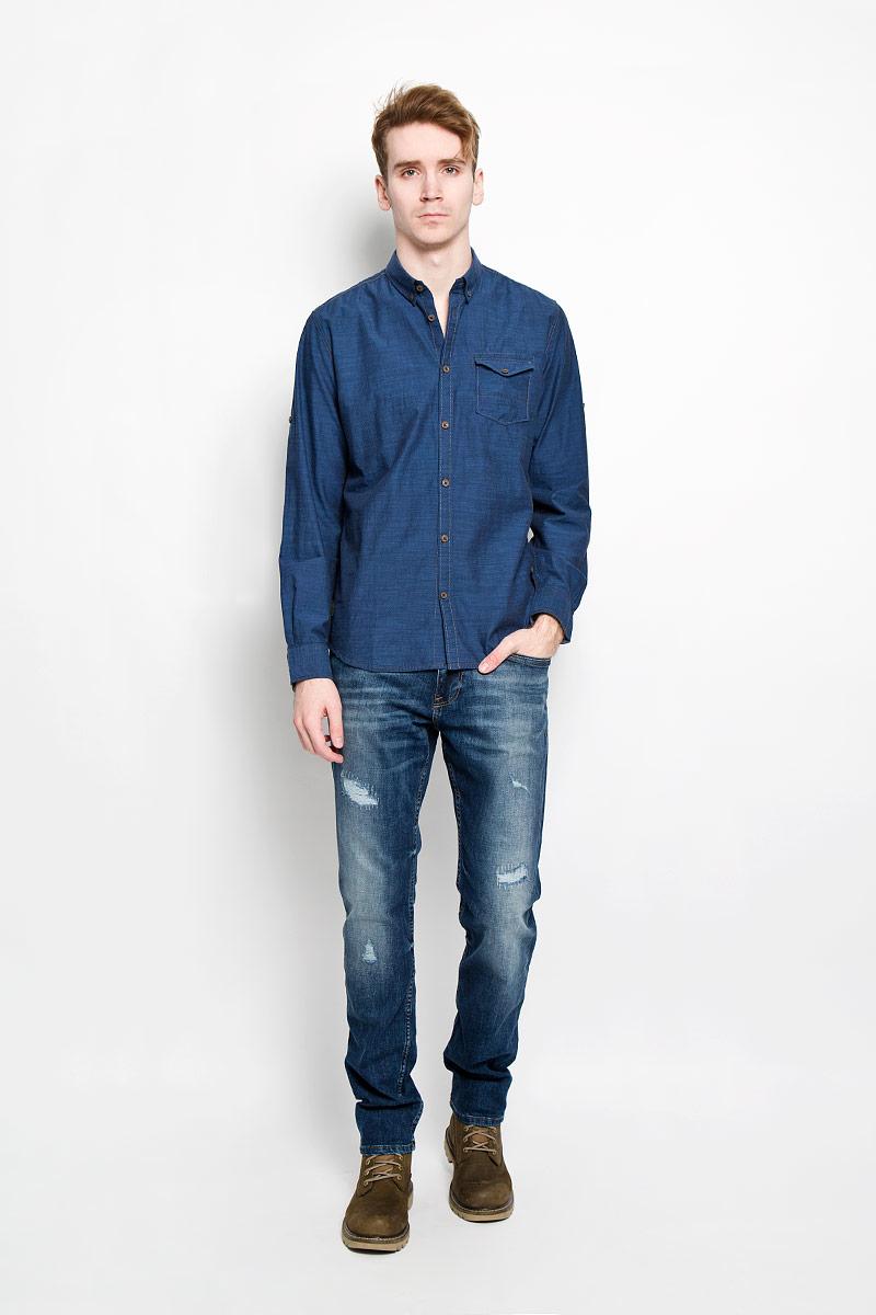 Рубашка мужская. 2031332.00.102031332.00.10Стильная мужская рубашка Tom Tailor, изготовленная из натурального хлопка, необычайно мягкая и приятная на ощупь, не сковывает движения и позволяет коже дышать, обеспечивая наибольший комфорт. Рубашка свободного кроя с отложным воротником, длинными рукавами и полукруглым низом застегивается на пластиковые пуговицы. Длинные рукава дополнены манжетами на пуговицах. При желании рукава можно закатать и зафиксировать их хлястиком на пуговичке. Воротник фиксируется на пуговицы. Спереди рубашка дополнена накладным карманом с клапаном на пуговице. Такая модель порадует настоящих ценителей комфорта и практичности!