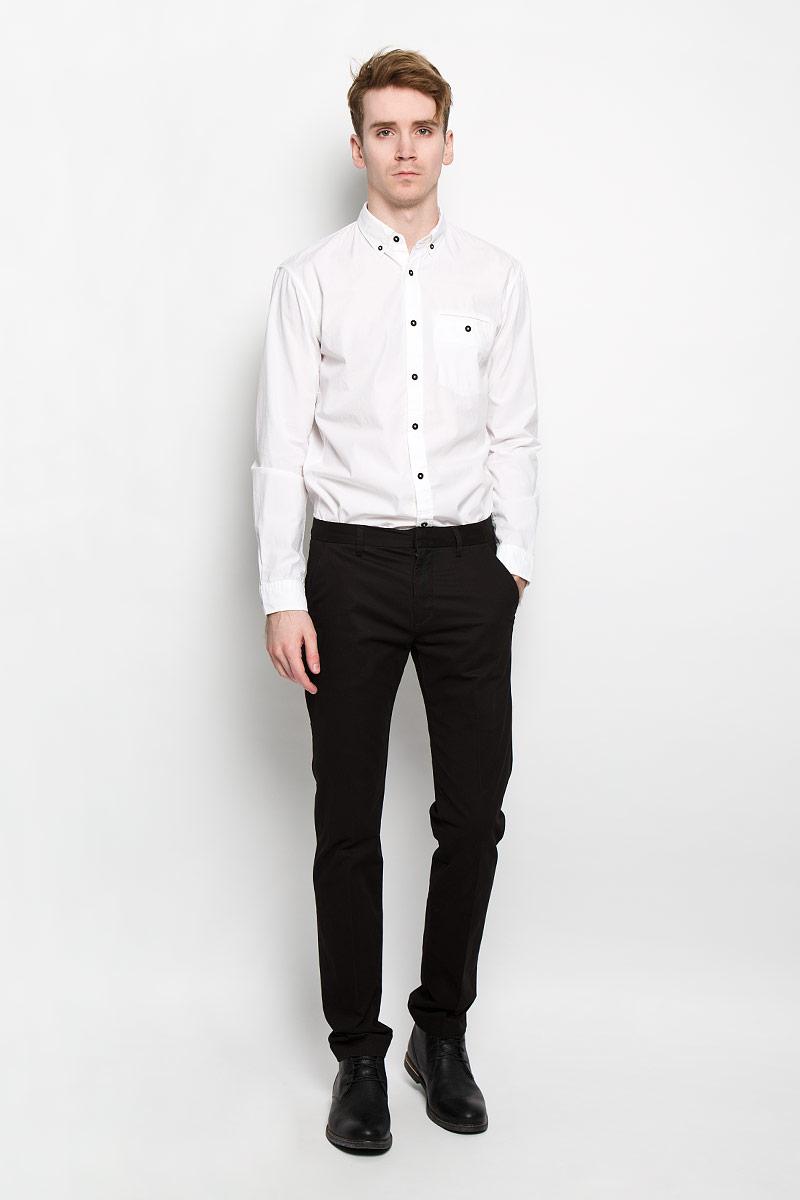 2031285.00.12Стильная мужская рубашка Tom Tailor Denim, изготовленная из высококачественного хлопка, необычайно мягкая и приятная на ощупь, не сковывает движения и позволяет коже дышать, обеспечивая наибольший комфорт. Классическая рубашка свободного кроя с отложным воротником, длинными рукавами и полукруглым низом застегивается на пластиковые пуговицы. Длинные рукава дополнены манжетами на пуговицах. Воротник фиксируется на пуговицы. Спереди рубашка дополнена одним накладным карманом на застежке-пуговице. Такая модель порадует настоящих ценителей комфорта и практичности!