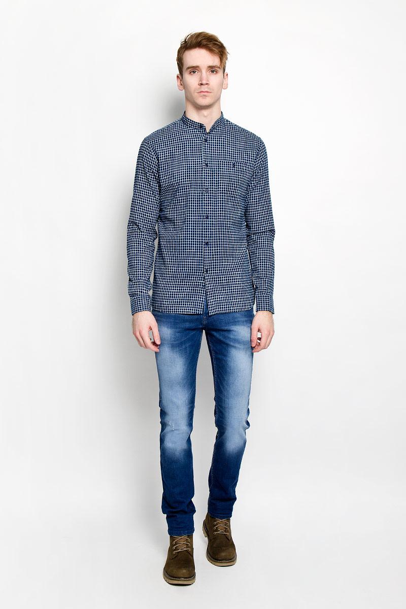 РубашкаSKL1911GRСтильная мужская рубашка Top Secret, изготовленная из высококачественного хлопка, необычайно мягкая и приятная на ощупь, не сковывает движения и позволяет коже дышать, обеспечивая наибольший комфорт. Модная рубашка свободного кроя с воротником-стойкой, длинными рукавами и полукруглым низом застегивается на пластиковые пуговицы. Длинные рукава дополнены манжетами на пуговицах. Модель оформлена принтом в клетку и на груди дополнена накладным карманом на застежке-пуговице. Эта рубашка идеальный вариант для повседневного гардероба. Такая модель порадует настоящих ценителей комфорта и практичности!