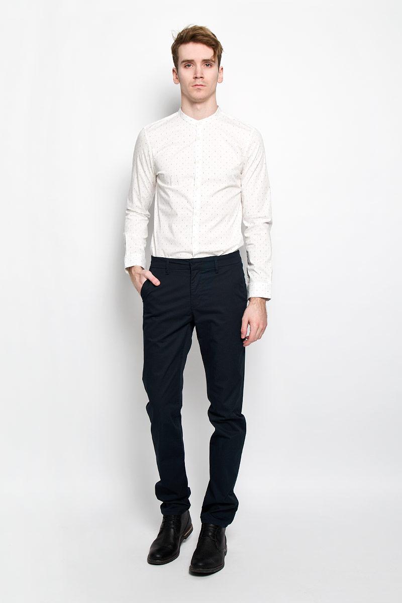 Брюки6403795.00.15Стильные мужские брюки Tom Tailor зауженного кроя и средней посадки изготовлены из высококачественного материала. Изделие не сковывает движения и дарит комфорт. Застегиваются брюки на пуговицу, крючок в поясе и ширинку на застежке-молнии, имеются шлевки для ремня. Спереди модель оформлена двумя втачными карманами с косыми срезами, а сзади - двумя прорезными карманами. Эти модные и в тоже время комфортные брюки послужат отличным дополнением к вашему гардеробу. В них вы всегда будете чувствовать себя уютно и комфортно.