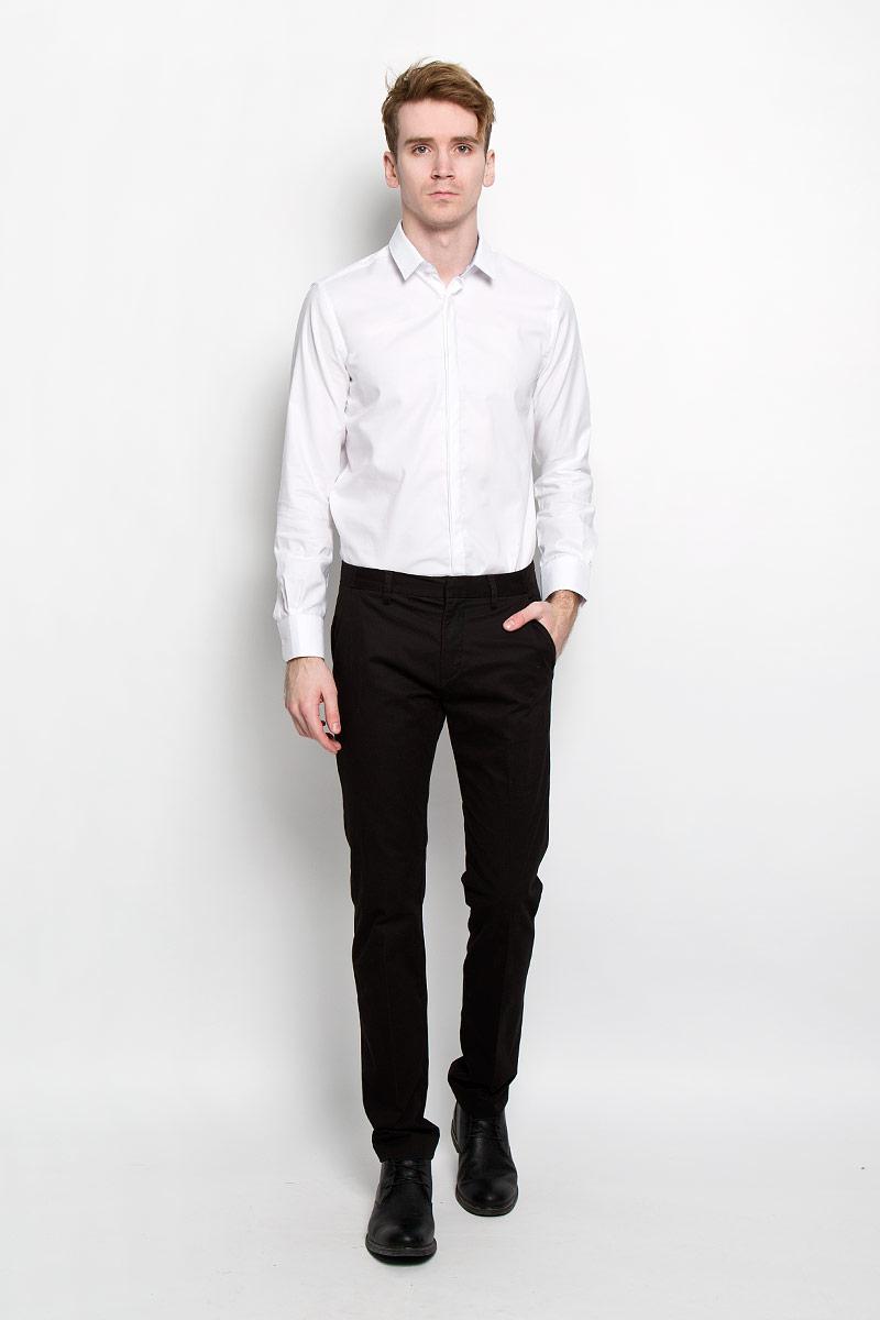Рубашка2031311.99.15Стильная мужская рубашка Tom Tailor, изготовленная из высококачественного хлопка, необычайно мягкая и приятная на ощупь, не сковывает движения и позволяет коже дышать, обеспечивая наибольший комфорт. Классическая рубашка свободного кроя с отложным воротником, длинными рукавами и полукруглым низом застегивается на пластиковые пуговицы. Длинные рукава дополнены манжетами на пуговицах. Такая модель порадует настоящих ценителей комфорта и практичности!