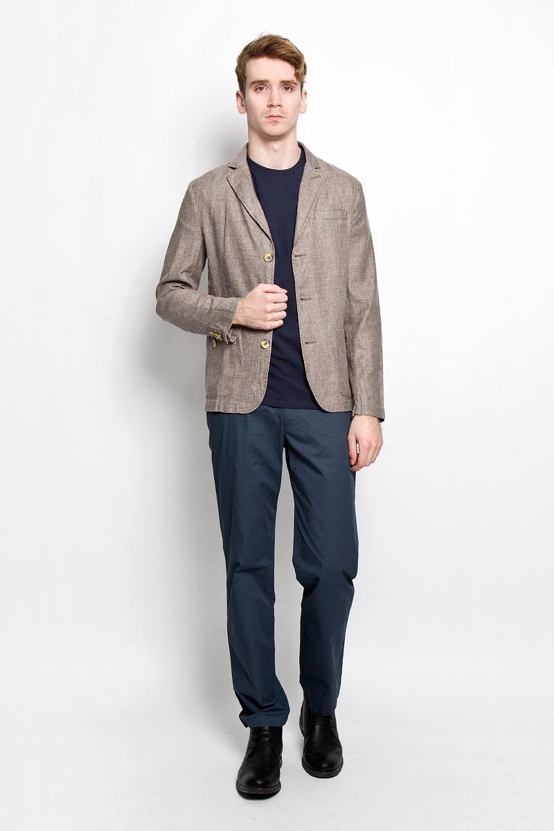 Пиджак мужской. S16-21004S16-21004_602Классический мужской пиджак Finn Flare изготовлен из высококачественного материала на основе вискозы с добавлением льна, благодаря чему он приятен на ощупь и обеспечит вам комфорт и удобство при носке. Пиджак с воротником с лацканами и длинными рукавами застегивается на пуговицы. Модель имеет два накладных кармана спереди на пуговицах и один не большой прорезной на груди. Манжеты рукавов также дополнены декоративными пуговицами. Этот модный и в тоже время комфортный пиджак отличный вариант как для офиса, так и для повседневной носки. Он станет великолепным дополнением к вашему гардеробу, а благодаря классическому фасону, такой пиджак будет прекрасно сочетаться с любыми нарядами.