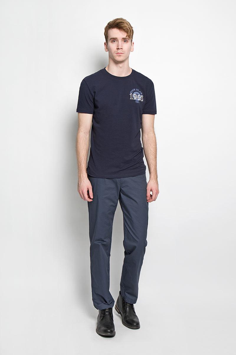 Брюки мужские. S16-42006S16-42006_101Стильные мужские брюки Finn Flare, выполненные из натурального хлопка, необычайно мягкие и приятные на ощупь, не сковывают движения, обеспечивая наибольший комфорт. Брюки классического кроя и средней посадки застегиваются на пластиковую пуговицу в поясе и ширинку на застежке-молнии, имеются шлевки для ремня. Спереди модель оформлена двумя втачными карманами с закругленными срезами и одним секретным кармашком, а сзади - двумя прорезными карманами на пуговицах. Брюки украшены металлической пластиной логотипа бренда. Эти модные и в то же время комфортные брюки послужат отличным дополнением к вашему гардеробу.