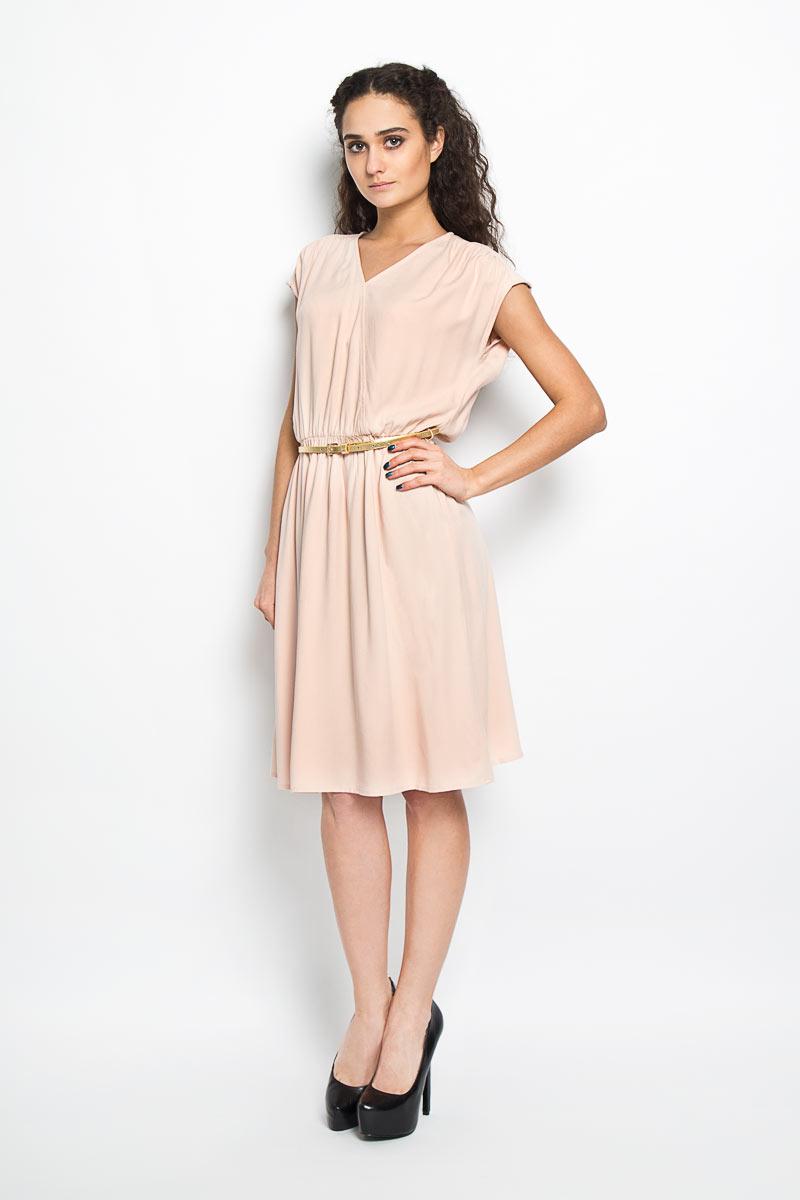 S16-11074_314Модное платье Finn Flare, изготовленное из вискозы, подарит вам ощущение праздника и комфорта. Модель средней длины с V-образным вырезом горловины и без рукавов. Спереди модель оформлена кокеткой, сборкой по линии талии и металлической нашивкой с названием бренда. Платье дополнено узким поясом золотистого цвета. В этом платье вы всегда будете чувствовать себя уверенно, оставаясь в центре внимания.