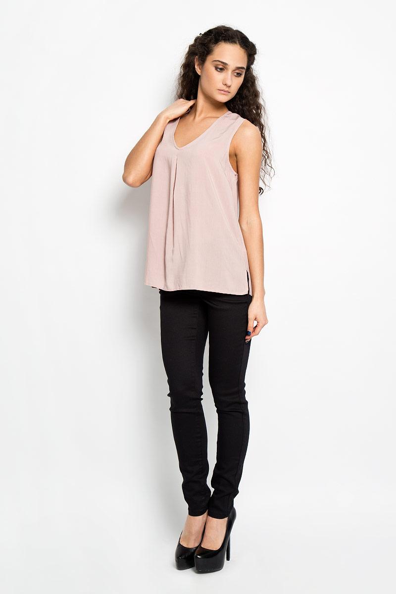 10156087 001Стильная женская блуза Broadway, выполненная из 100% вискозы, подчеркнет ваш уникальный стиль и поможет создать оригинальный женственный образ. Блузка трапециевидного кроя, без рукавов с V-образным вырезом горловины. Модель спереди оформлена складкой и боковыми разрезами. Легкая блуза идеально подойдет для жарких летних дней. Такая блузка будет дарить вам комфорт в течение всего дня и послужит замечательным дополнением к вашему гардеробу.