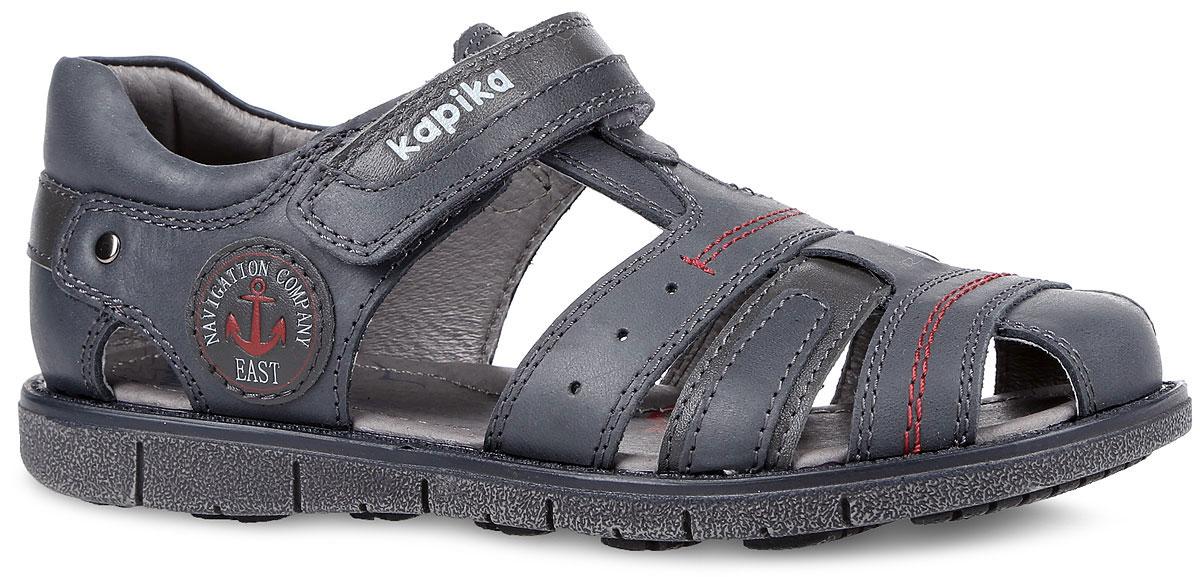 33165-1Восхитительные сандалии от Kapika не оставят равнодушным вашего модника! Модель изготовлена из натуральной кожи и оформлена прострочкой, на ремешке - тиснением в виде названия бренда, сбоку - кожаной нашивкой с тиснениями в виде надписей и изображения якоря. Ремешок на застежке-липучке прочно зафиксирует обувь на ножке. Мягкая кожаная стелька дополнена супинатором, который обеспечивает правильное положение ноги ребенка при ходьбе, предотвращает плоскостопие. Максимально комфортная подошва с рифленым протектором обеспечивает отличное сцепление с поверхностью. Практичные и стильные сандалии займут достойное место в гардеробе вашего ребенка.