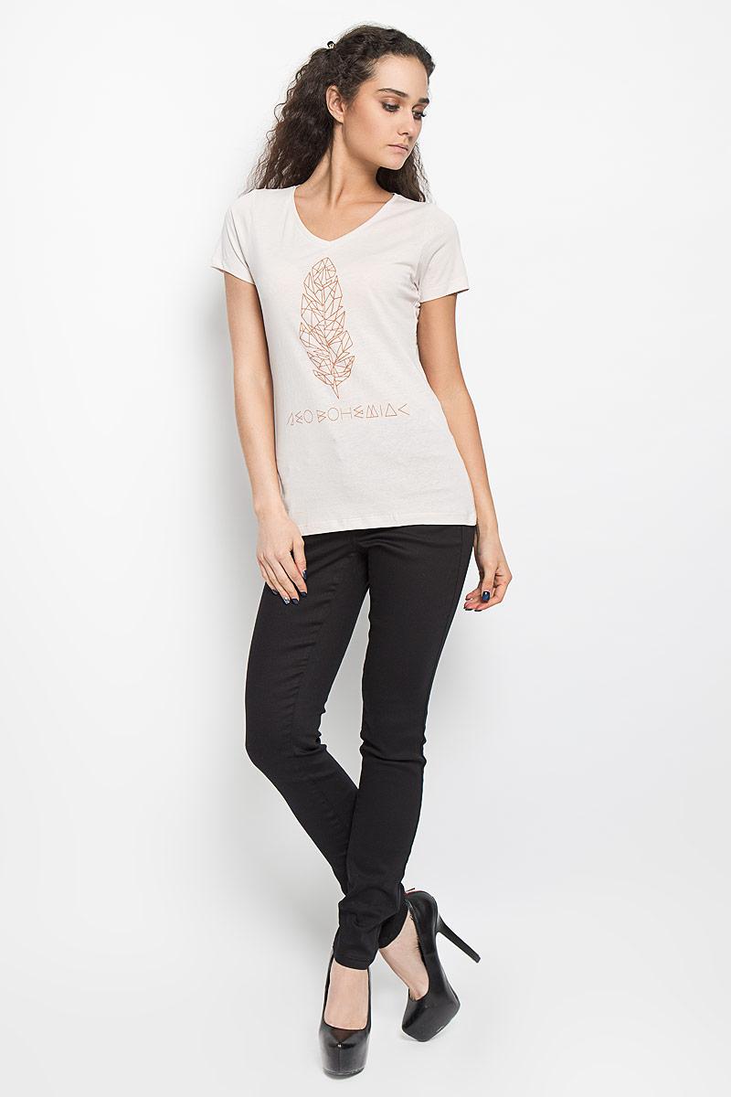 10156040 04AСтильная женская футболка Broadway Betty, выполненная из высококачественного хлопка, обладает высокой воздухопроницаемостью и гигроскопичностью, позволяет коже дышать. Модель с короткими рукавами и V-образным вырезом горловины спереди оформлена оригинальной термоаппликацией и надписью. Эта футболка - идеальный вариант для создания эффектного образа.