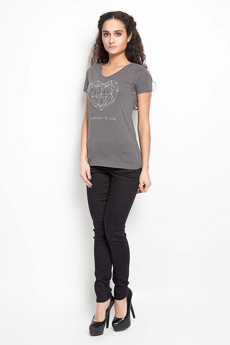 10156040 01BОтличная женская футболка Broadway Betty, выполнена из натурального хлопка. Модель с V-образным вырезом горловины и короткими рукавами спереди оформлена термоаппликацией в виде геометрического орнамента по форме напоминающего сердце и надписи Technically In Love. Эта футболка станет отличным дополнением к вашему гардеробу.