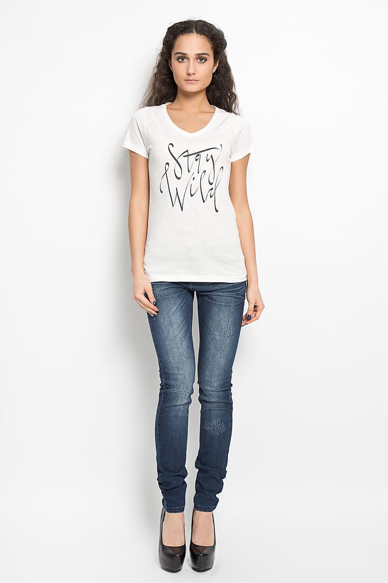 Футболка10156217 01AСтильная женская футболка Broadway Betty, выполненная из натурального хлопка, обладает высокой воздухопроницаемостью и гигроскопичностью, позволяет коже дышать. Модель с короткими рукавами и V-образным вырезом горловины оформлена принтовыми надписями. Эта футболка подарит вам удобство и комфорт и выгодно дополнит ваш гардероб.