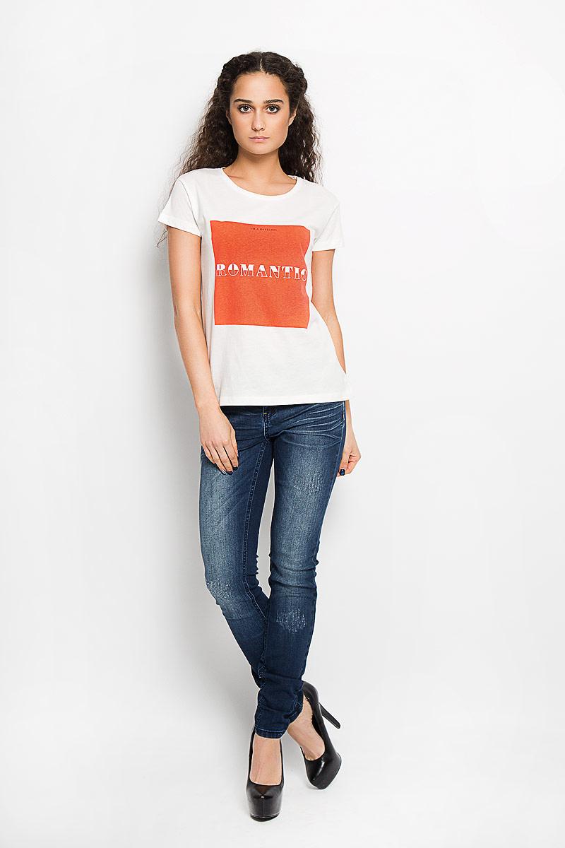Футболка10156201 01BСтильная женская футболка Broadway Charlize, выполненная из высококачественного хлопка, обладает высокой воздухопроницаемостью и гигроскопичностью, позволяет коже дышать. Модель с короткими рукавами и круглым вырезом горловины спереди оформлена квадратной термоаппликацией с надписью Im a Hopeless Romantic. Эта футболка - идеальный вариант для создания эффектного образа.