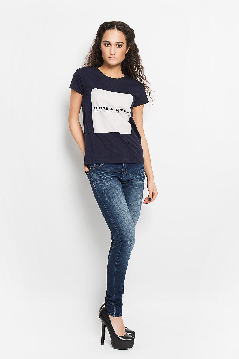 Футболка женская Charlize. 1015620110156201 01BСтильная женская футболка Broadway Charlize, выполненная из высококачественного хлопка, обладает высокой воздухопроницаемостью и гигроскопичностью, позволяет коже дышать. Модель с короткими рукавами и круглым вырезом горловины спереди оформлена квадратной термоаппликацией с надписью Im a Hopeless Romantic. Эта футболка - идеальный вариант для создания эффектного образа.