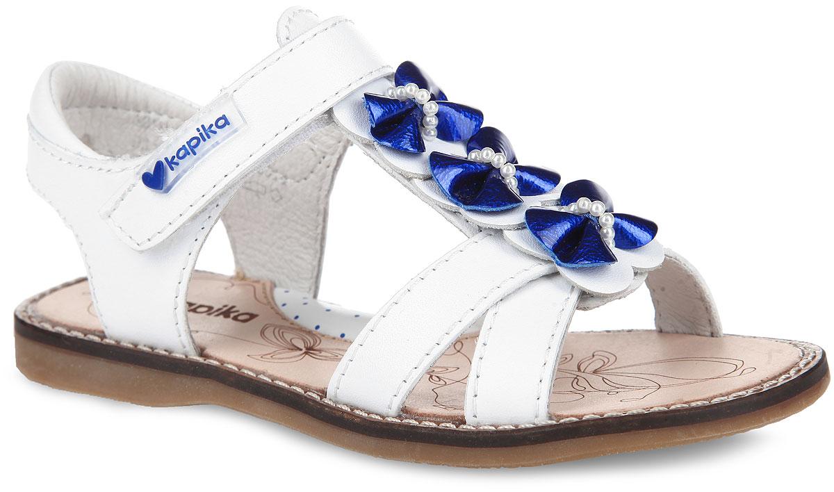 Сандалии для девочки. 3215832158-1Прелестные сандалии от Kapika очаруют вашу девочку с первого взгляда! Модель выполнена из натуральной кожи. Т-ремешок декорирован очаровательными бабочками, украшенными бусинами. Ремешок на застежке-липучке обеспечивает оптимальную посадку обуви на ноге, не давая ей смещаться из стороны в сторону и назад. Стелька из натуральной кожи дополнена супинатором, который обеспечивает правильное положение ноги ребенка при ходьбе, предотвращает плоскостопие. Рифленая поверхность подошвы гарантирует отличное сцепление с любыми поверхностями. Стильные сандалии поднимут настроение вам и вашей дочурке!