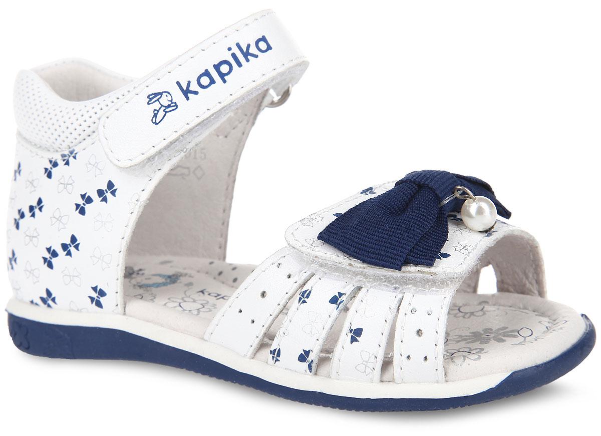 Сандалии для девочки. 3114931149-2Очаровательные сандалии от Kapika покорят вашу девочку с первого взгляда! Модель выполнена из натуральной кожи и оформлена принтом в виде бантиков. Нижний ремешок украшен текстильным бантом, декорированным подвеской в виде бусины. Ремешки на застежках-липучках обеспечивают оптимальную посадку обуви на ноге, не давая ей смещаться из стороны в сторону и назад. Стелька из натуральной кожи дополнена супинатором, который обеспечивает правильное положение ноги ребенка при ходьбе, предотвращает плоскостопие. Подошва с рифлением в виде цветочного рисунка обеспечивает идеальное сцепление с любой поверхностью. Стильные сандалии поднимут настроение вам и вашей дочурке!