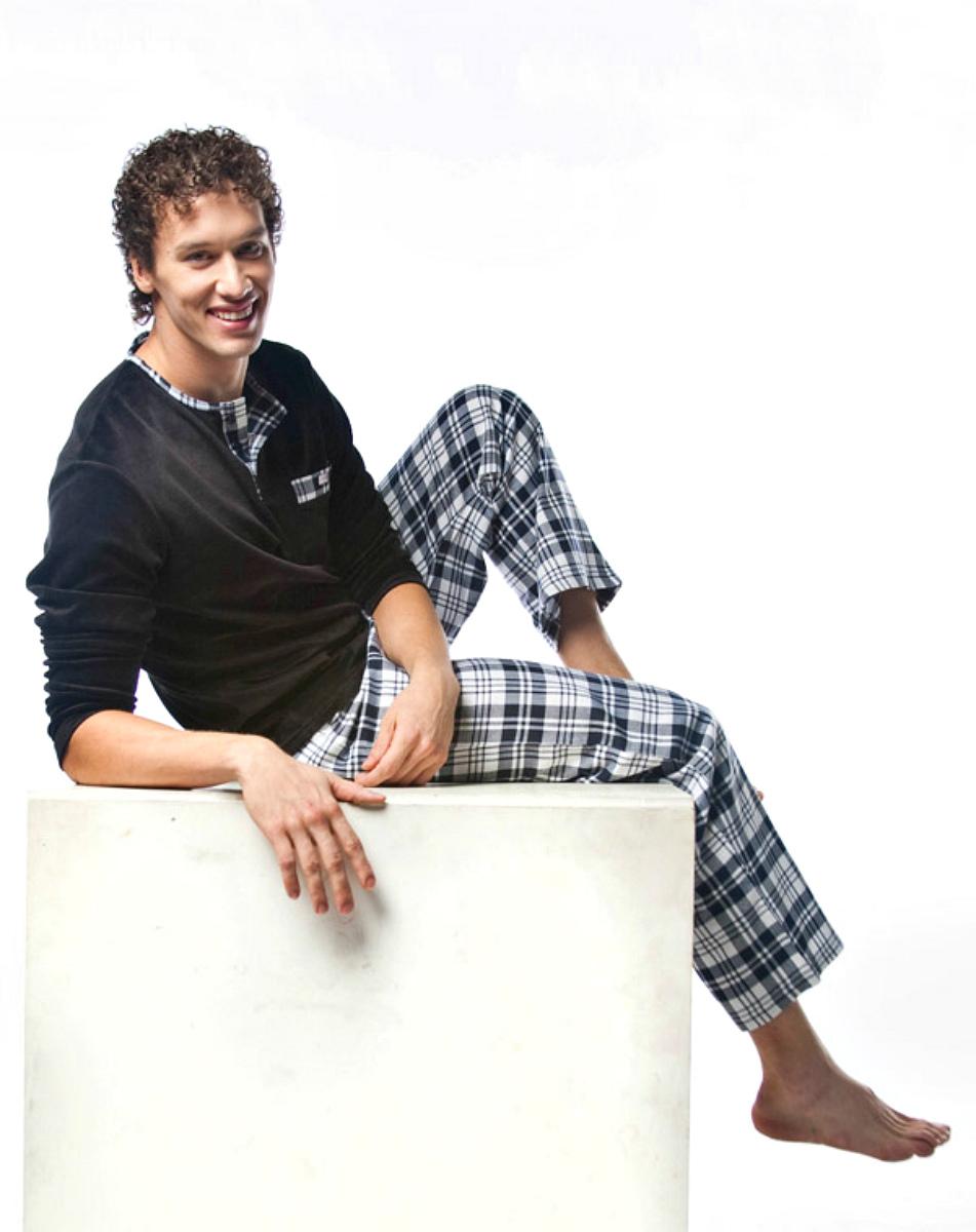 ПижамаMPG-64Симпатичная мужская пижама Lowry, изготовленная из натурального хлопка, приятная на ощупь, не сковывает движения, обеспечивая наибольший комфорт. Пижама состоит из кофты и брюк. Кофта с круглым вырезом горловины и длинными рукавами сверху застегивается на три пуговицы. Кофта дополнена небольшим накладным кармашком на уровне груди. Брюки свободного кроя дополнены на поясе эластичной резинкой и оформлены принтом в клетку. Очень комфортная и уютная пижама.