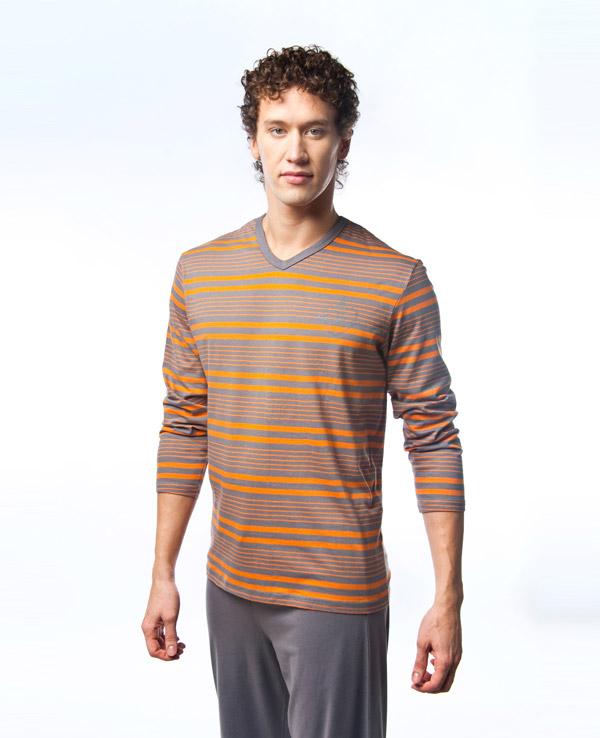 MPG-68Симпатичная мужская пижама Lowry, изготовленная из высококачественного хлопка, приятная на ощупь, не сковывает движения, обеспечивая наибольший комфорт. Пижама состоит из кофты и брюк. Кофта с V-образным вырезом горловины и длинными рукавами оформлена принтом в полоску. Брюки свободного кроя дополнены на поясе эластичной резинкой и шнурком для лучшей фиксации по линии талии. Очень комфортная и уютная пижама.