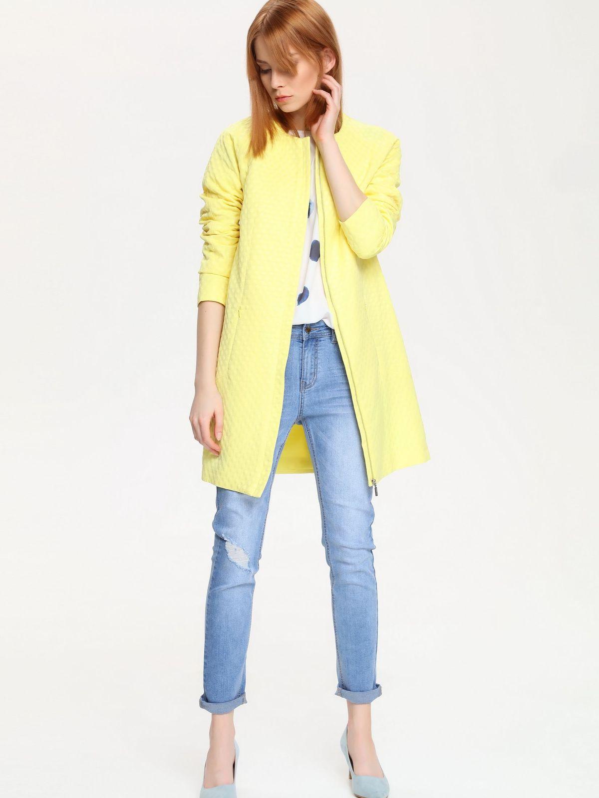 ПальтоSPZ0316ZIЭлегантное женское пальто Top Secret выполнено из полиэстера с добавлением хлопка. Модель с круглым вырезом горловины и длинными рукавами застегивается на застежку-молнию скрытую под планкой. Изделие дополнено двумя втачными карманами на потайных застежках-молниях. Такое пальто приятно прилегает к телу, и оно обязательно станет самой уютной и любимой вещью вашего осеннего гардероба.