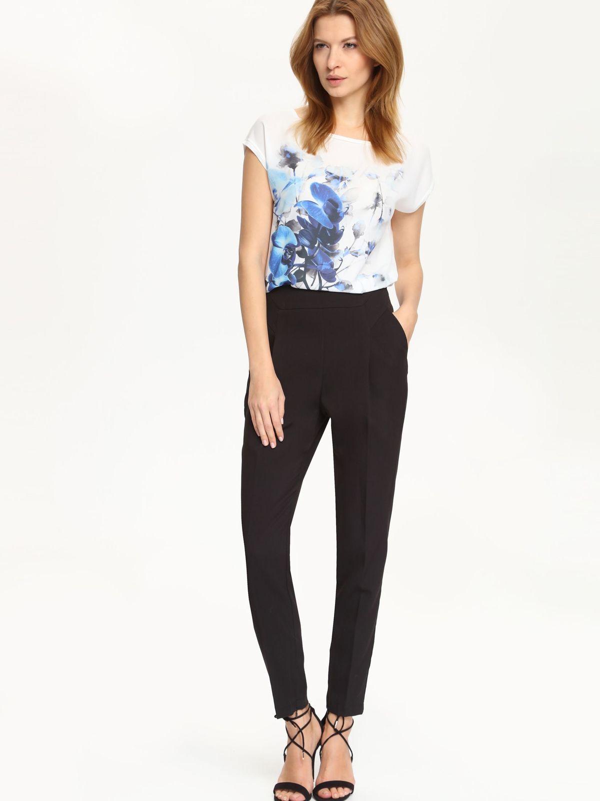 Блузка женская. SBK2171SBK2171BIСтильная женская блуза Top Secret, выполненная из полиэстера и вискозы, подчеркнет ваш уникальный стиль и поможет создать оригинальный женственный образ. Свободная блузка с короткими цельнокроеными рукавами и воротником лодочкой. Модель оформлена цветочным принтом и небольшой металлической нашивкой с названием бренда. Низ изделия по боковым швам дополнен небольшими разрезами. Такая блузка будет дарить вам комфорт в течение всего дня и послужит замечательным дополнением к вашему гардеробу.