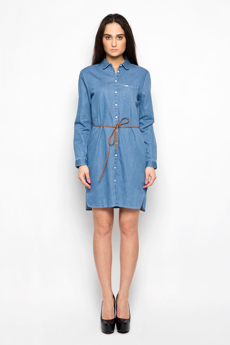 ПлатьеW90485G8EДжинсовое платье Wrangler поможет создать яркий и стильный образ. Изготовленное из натурального хлопка, оно легкое, мягкое и приятное на ощупь, позволяет коже дышать. Модель с отложным воротником и длинными рукавами застегивается по всей длине на пуговицы. На груди расположен накладной карман. Манжеты на рукавах имеют застежки-пуговицы. На поясе платье дополнено узким пояском со шлевками. По бокам предусмотрены небольшие разрезы. Такое платье займет достойное место в вашем гардеробе, а также подарит вам комфорт в течение всего дня.