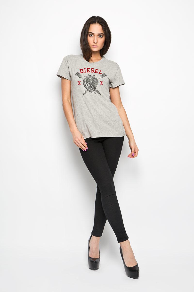 00SNJM-00CZJОригинальная женская футболка Diesel, выполнена из натурального хлопка. Модель с круглым вырезом горловины и короткими рукавами. Горловина обработана трикотажной резинкой, которая предотвращает деформацию после стирки и во время носки. Изделие оформлено оригинальной термоаппликацией с названием бренда и изображением клубники. Эта футболка станет отличным дополнением к вашему гардеробу.