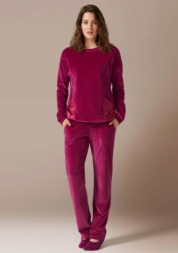 Комплект женский: толстовка, брюки. 7141771417Комплект домашней одежды CatherineS, состоящий из толстовки и брюк, станет отличным дополнением к вашему гардеробу. Изделия выполнены из приятного на ощупь велюра. Толстовка свободного силуэта с круглым вырезом горловины. Рукава и низ изделия оснащены трикотажной резинкой. Изюминка модели - атласные накладные кармашки. Прямые свободные брюки на широкой эластичной резинке - удобная и практичная вещь в гардеробе. Спереди брюки дополнены втачными карманами с косым срезом. Домашняя одежда играет большую роль в гардеробе женщины, ведь каждой женщине хочется даже дома выглядеть привлекательной.