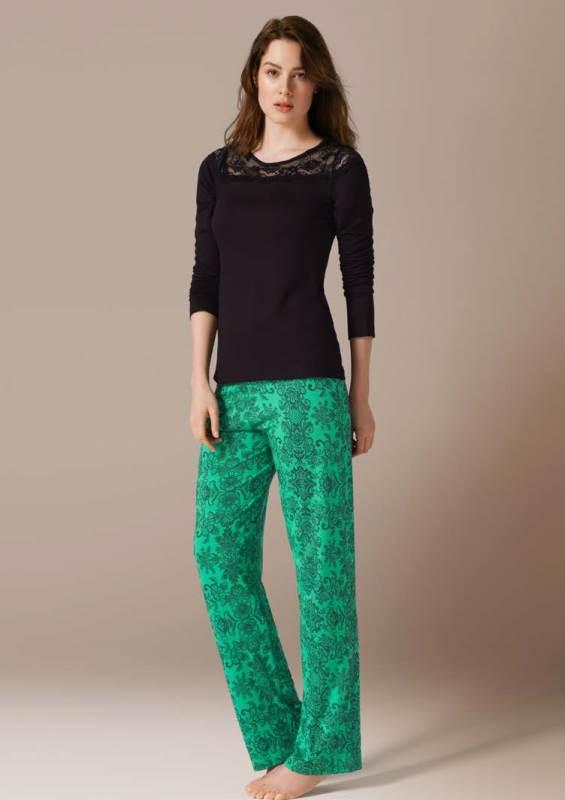 71444Комплект домашней одежды CatherineS, состоящий из лонгслива и брюк, станет отличным дополнением к вашему гардеробу. Изделия выполнены из приятного на ощупь высококачественного материала. Лонгслив и брюки превосходно сидят, не сковывают движения и позволяют коже дышать. Лонгслив с круглым вырезом горловины оформлен ажурной вставкой. Комфортные брюки на широкой эластичной резинке - удобная и практичная вещь в гардеробе. Брюки оформлены стильным кружевным принтом. Этот практичный и модный домашний комплект - настоящее воплощение комфорта. В нем вы всегда будете чувствовать себя удобно и уютно.