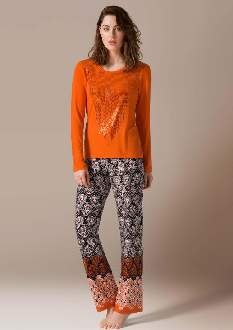 71447Комплект домашней одежды Catherines Цветы, состоящий из лонгслива и брюк, станет отличным дополнением к вашему гардеробу. Изделия выполнены из приятного на ощупь высококачественного материала. Уютный лонгслив имеет круглый вырез горловины и длинные рукава. Спереди модель декорирована пайетками. Брюки свободного кроя на талии дополнены эластичной резинкой. Оформлено изделие оригинальным принтом по всей поверхности. Домашняя одежда играет большую роль в гардеробе женщины, ведь каждой моднице даже дома хочется выглядеть привлекательной.
