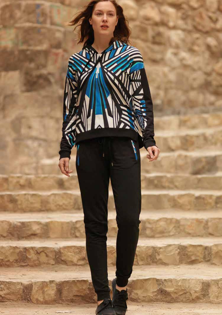 717665Женский комплект одежды для дома Penye Mood Узор Полоски состоит из толстовки и брюк. Комплект изготовлен из приятного на ощупь высококачественного материала. Все элементы комплекта превосходно сидят, не сковывают движения и позволяют коже дышать. Брюки зауженного книзу кроя имеют эластичную резинку на поясе и дополнены двумя втачными карманами. Объем талии регулируется при помощи шнурка-кулиски. Толстовка с длинными рукавами и несъемным капюшоном оформлена крупным красочным геометрическим принтом. Манжеты рукавов и низ толстовки дополнены трикотажными манжетами. Объем капюшона регулируется при помощи шнурка-кулиски. Этот практичный и модный комплект - настоящее воплощение комфорта. В нем вы всегда будете чувствовать себя удобно и уютно.