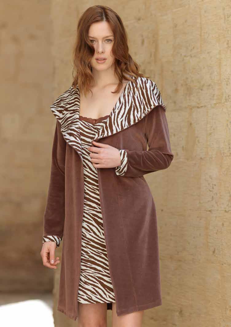 717676Женский комплект одежды для дома Penye Mood Сафари состоит из халата и ночной сорочки. Комплект изготовлен из приятного на ощупь высококачественного материала. Халат и сорочка превосходно сидят, не сковывают движения и позволяют коже дышать. Халат свободного кроя с длинными рукавами дополнен несъемным капюшоном и оформлен контрастными вставками. В комплект входит текстильный съемный пояс для халата. Комфортная легкая сорочка на несъемных, регулируемых по длине бретельках - удобная и практичная вещь в вашем домашнем гардеробе. Сорочка оформлена принтом в полоску. Этот практичный и модный домашний комплект - настоящее воплощение комфорта. В нем вы всегда будете чувствовать себя удобно и уютно.