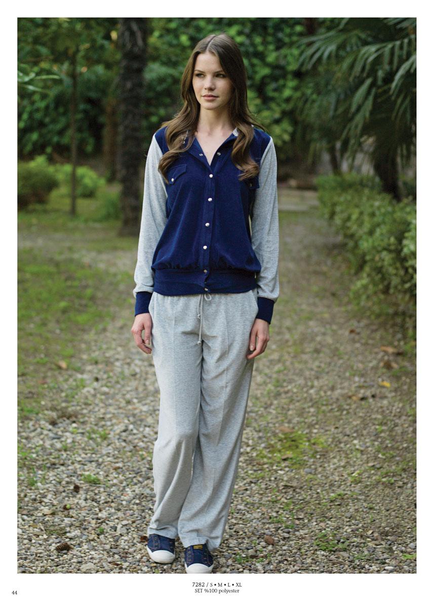 Комплект одежды717282Женский комплект одежды для дома Penye Mood состоит из толстовки и брюк. Комплект изготовлен из приятного на ощупь высококачественного материала. Все элементы комплекта превосходно сидят, не сковывают движения и позволяют коже дышать. Брюки имеют эластичную резинку на поясе и дополнены двумя втачными карманами. Объем талии регулируется при помощи шнурка-кулиски. Толстовка с длинными рукавами и несъемным капюшоном застегивается на кнопки спереди и оформлена имитацией нагрудных карманов. Этот практичный и модный комплект - настоящее воплощение комфорта. В нем вы всегда будете чувствовать себя удобно и уютно.