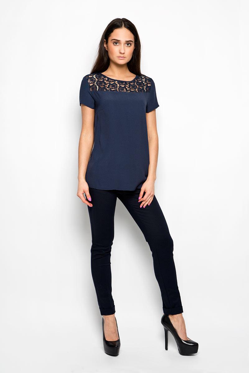 БлузкаB196006Женская блузка Baon, выполненная из мягкой вискозы, станет идеальным вариантом для создания образа в стиле Casual. Материал изделия приятный на ощупь, не сковывает движения, хорошо вентилируется. Модель с круглым вырезом горловины и короткими рукавами дополнена кружевной вставкой на кокетке. Такая блузка будет дарить вам комфорт в течение всего дня и послужит замечательным дополнением к вашему гардеробу.