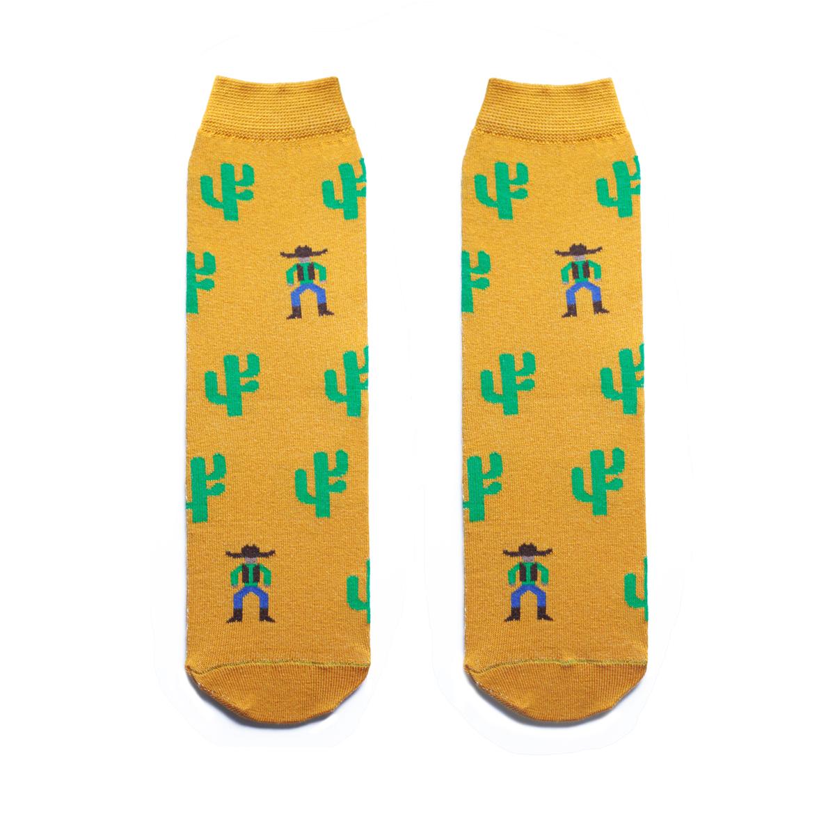 Носкиs2131Мужские носки Big Bang Socks изготовлены из высококачественного хлопка с добавлением полиамидных и эластановых волокон, которые обеспечивают великолепную посадку. Носки отличаются ярким стильным дизайном, они оформлены изображением кактусов и ковбоев. Удобная широкая резинка идеально облегает ногу и не пережимает сосуды, усиленные пятка и мысок повышают износоустойчивость носка, а удлиненный паголенок придает более эстетичный вид. Дизайнерские носки Big Bang Socks - яркая деталь в вашем образе и оригинальный подарок для друзей и близких.