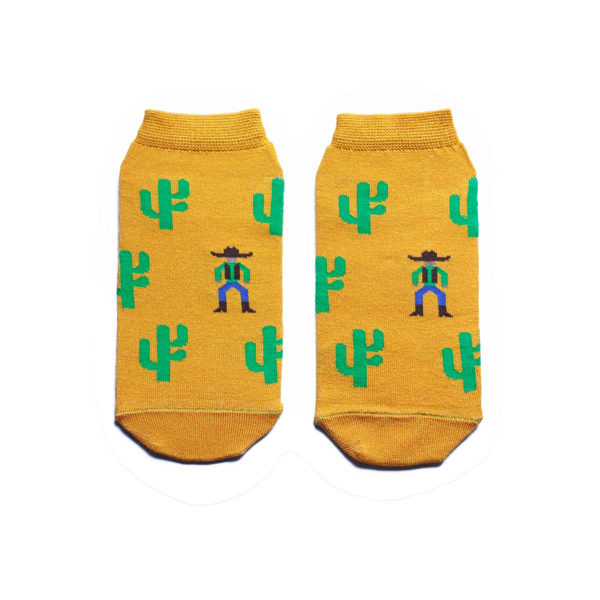 s2122Укороченные женские носки Big Bang Socks изготовлены из высококачественного хлопка с добавлением полиамидных и эластановых волокон, которые обеспечивают великолепную посадку. Носки отличаются ярким стильным дизайном, они оформлены изображением кактусов и ковбоя. Удобная резинка идеально облегает ногу и не пережимает сосуды, а усиленные пятка и мысок повышают износоустойчивость носка. Дизайнерские носки Big Bang Socks - яркая деталь в вашем образе и оригинальный подарок для друзей и близких.