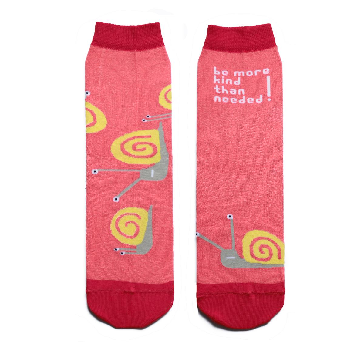 Носкиca1621Яркие женские носки Big Bang Socks изготовлены из высококачественного хлопка с добавлением полиамидных и эластановых волокон, которые обеспечивают великолепную посадку. Носки отличаются ярким стильным дизайном, они оформлены изображением забавных улиток и надписью: Be more kind than needed!. Удобная резинка идеально облегает ногу и не пережимает сосуды, усиленные пятка и мысок повышают износоустойчивость носка, а удлиненный паголенок придает более эстетичный вид. Дизайнерские носки Big Bang Socks - яркая деталь в вашем образе и оригинальный подарок для друзей и близких.