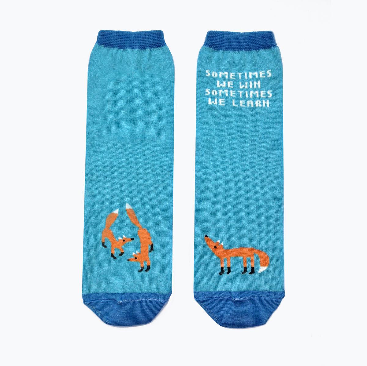 Носкиca1131Мужские носки Big Bang Socks изготовлены из высококачественного хлопка с добавлением полиамидных и эластановых волокон, которые обеспечивают великолепную посадку. Носки отличаются ярким стильным дизайном, они оформлены изображением лисичек и надписью: Sometimes we win sometimes we learn. Удобная широкая резинка идеально облегает ногу и не пережимает сосуды, усиленные пятка и мысок повышают износоустойчивость носка, а удлиненный паголенок придает более эстетичный вид. Дизайнерские носки Big Bang Socks - яркая деталь в вашем образе и оригинальный подарок для друзей и близких.
