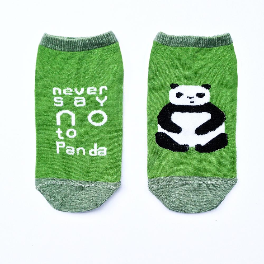 n132Укороченные мужские носки Big Bang Socks изготовлены из высококачественного хлопка с добавлением полиамидных и эластановых волокон, которые обеспечивают великолепную посадку. Носки отличаются ярким стильным дизайном, они оформлены изображением панды и надписью: Never say NO to Panda. Удобная резинка идеально облегает ногу и не пережимает сосуды, а усиленные пятка и мысок повышают износоустойчивость носка. Дизайнерские носки Big Bang Socks - яркая деталь в вашем образе и оригинальный подарок для друзей и близких.