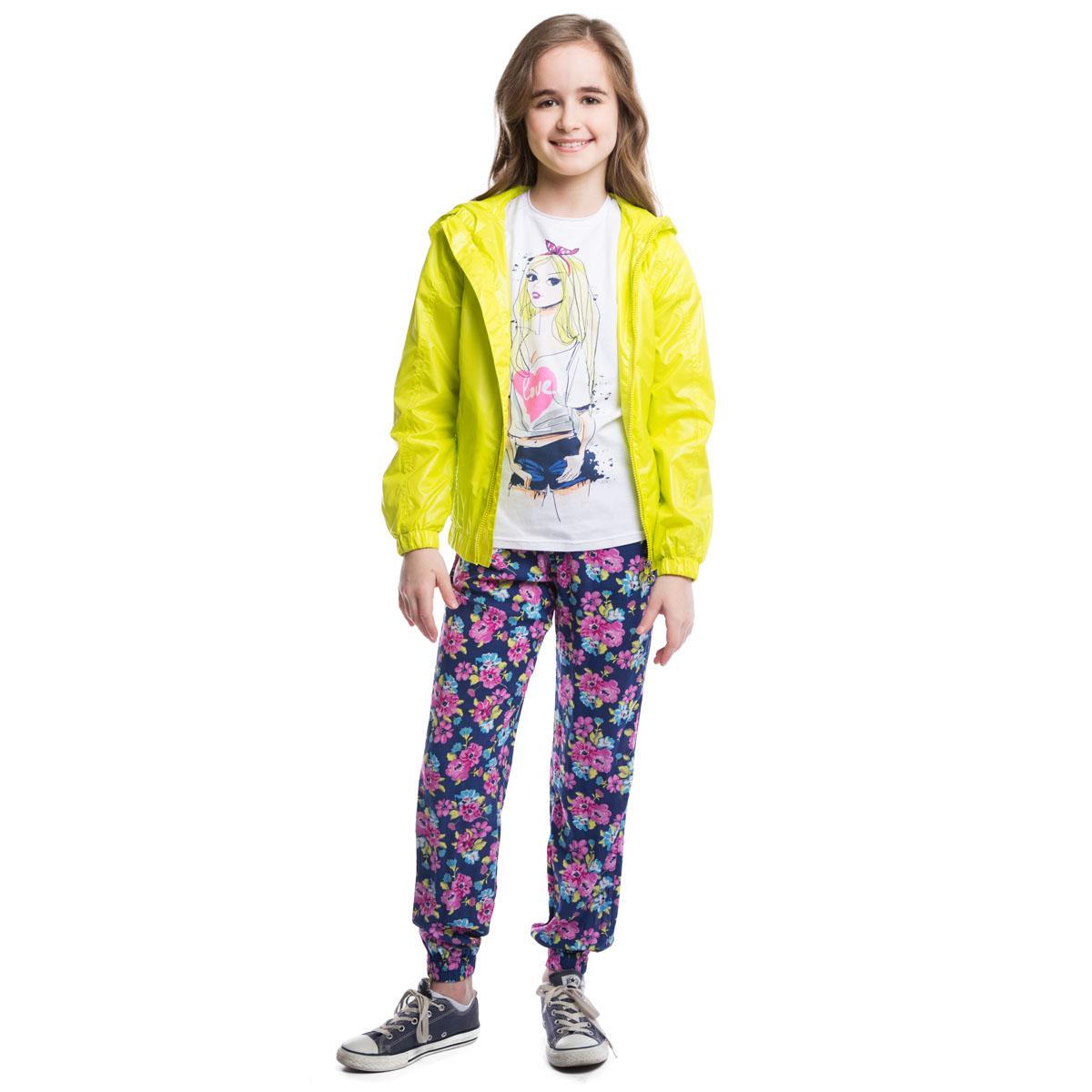Ветровка264001Стильная ветровка для девочки изготовлена из полиэстера. Ветровка с капюшоном застегивается на пластиковую застежку-молнию и имеет два функциональных кармана. Низ изделия и манжеты рукавов выполнены в виде резинки.