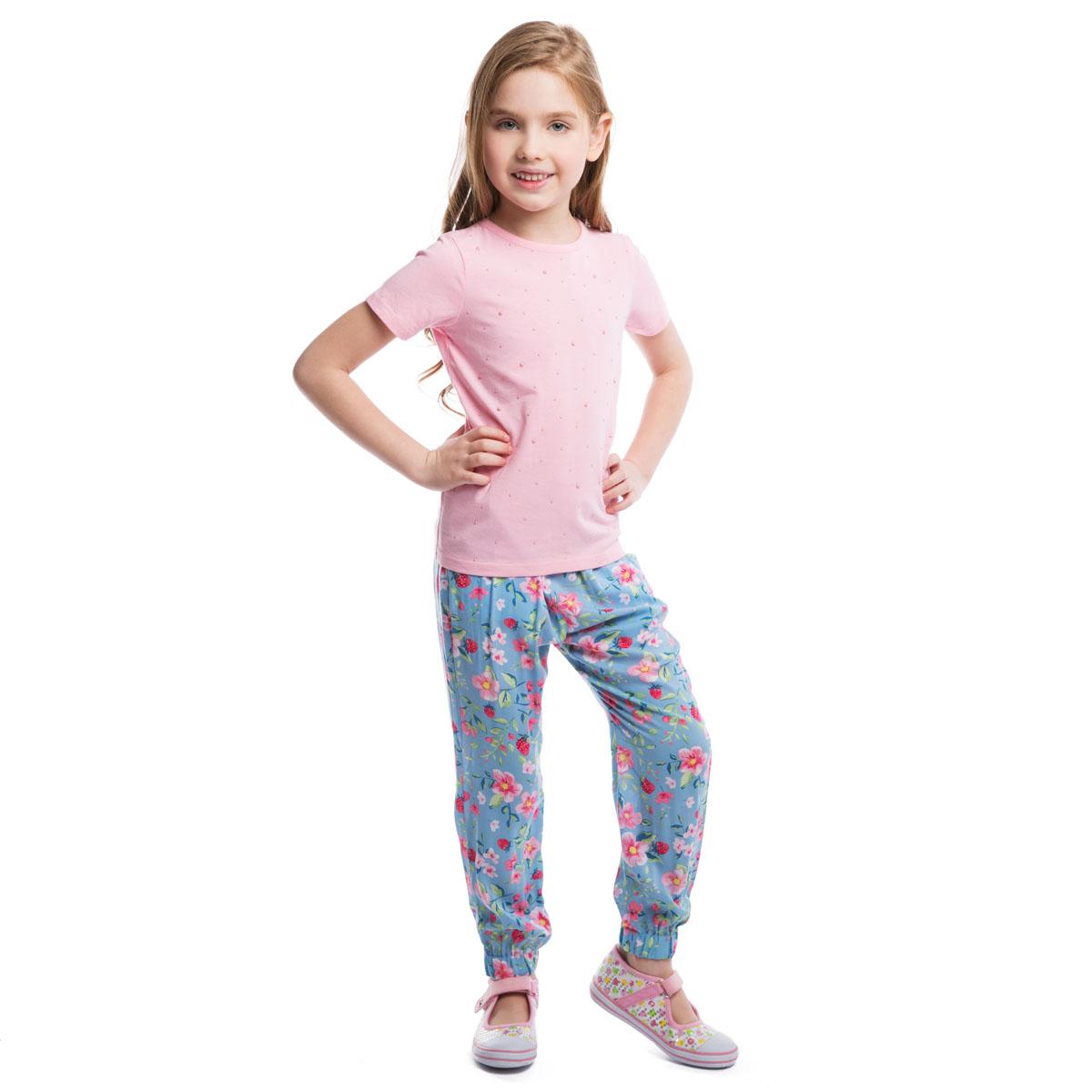 Футболка для девочки. 262009262009Стильная футболка для девочки PlayToday идеально подойдет вашей дочурке. Изготовленная из эластичного хлопка, она мягкая и приятная на ощупь, не сковывает движения и позволяет коже дышать, не раздражает даже самую нежную и чувствительную кожу ребенка, обеспечивая наибольший комфорт. Футболка с короткими рукавами и круглым вырезом горловины оформлена спереди приклеенными круглыми элементами разного диаметра, выполненными из пластика. Горловина дополнена мягкой эластичной бейкой. Современный дизайн и модная расцветка делают эту футболку стильным предметом детского гардероба. В ней ваша дочурка будет чувствовать себя уютно и комфортно и всегда будет в центре внимания!