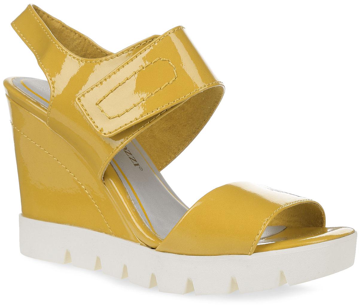 2-2-28745-36-670Стильные женские босоножки на высокой танкетке от Marco Tozzi заинтересуют вас своим дизайном. Модель изготовлена из искусственных материалов с лаковой поверхностью. Стелька с эффектом памяти, выполненная из искусственной кожи, и текстильная подкладка обеспечат комфорт. Ремешок на застежке-липучке надежно зафиксирует обувь на ноге. Утолщенная подошва с рифлением обеспечивает отличное сцепление с поверхностью. Модные босоножки внесут изюминку в ваш модный образ.
