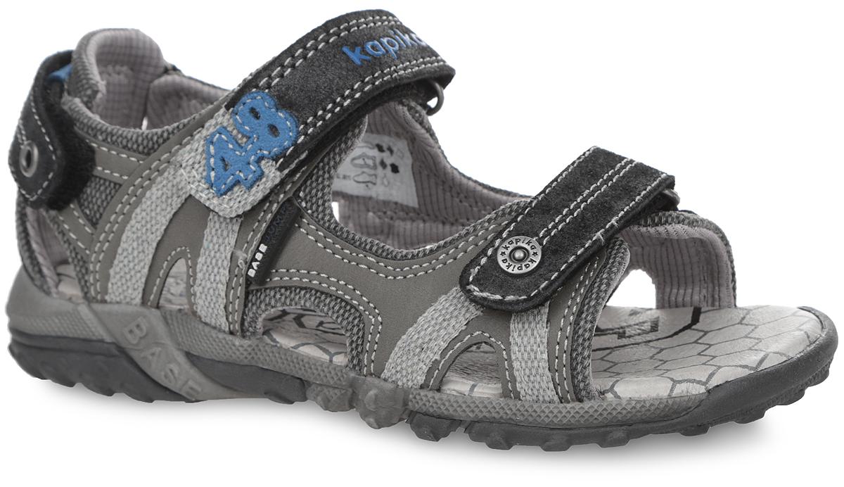 Сандалии для мальчика. 3317533175Стильные сандалии от Kapika приведут в восторг вашего мальчика! Модель выполнена из натуральной и искусственной кожи со вставками из текстиля. Ремешки с застежками-липучками надежно зафиксируют ножку ребенка и отрегулируют нужный объем. Верхний ремешок декорирован названием бренда и нашивкой в виде числа 48, нижний - фирменной металлической заклепкой. Ремешок на пятке оформлен декоративным люверсом. Кожаная стелька дополнена супинатором, который отвечает за правильное формирование стопы. Протектор на подошве гарантирует отличное сцепление с любой поверхностью. Модные сандалии займут достойное место в гардеробе вашего ребенка.