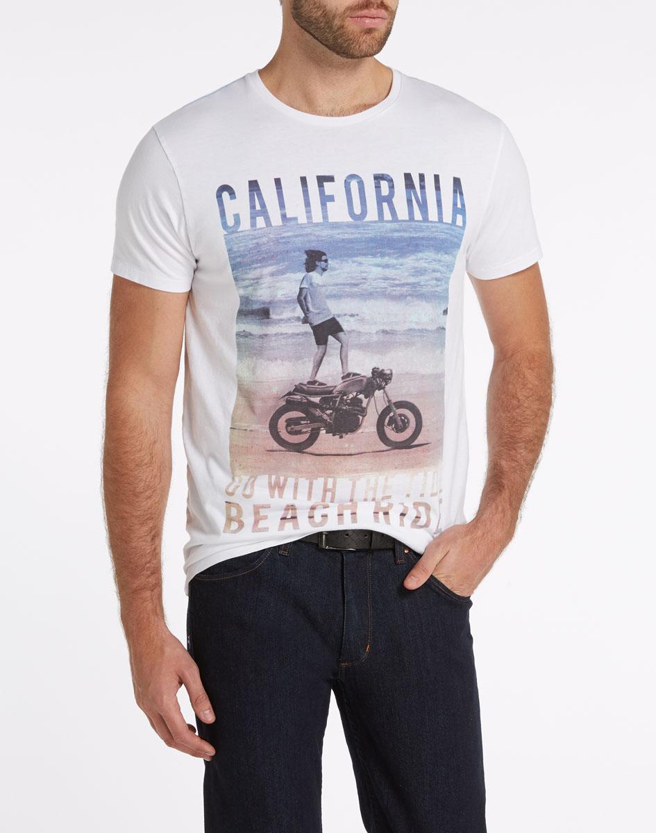 W7984FK12Стильная мужская футболка Wrangler обеспечивает наибольший комфорт и свободу движений во время занятий спортом и в повседневной носке. Изделие свободного кроя с круглым вырезом горловины и короткими рукавами подарит вам удобство и комфорт. Натуральный хлопок обеспечивает оптимальный микроклимат. Модель декорирована спереди оригинальным изображением мужчины на мотоцикле и надписями на английском языке. Такая футболка послужит замечательным дополнением к вашему гардеробу.