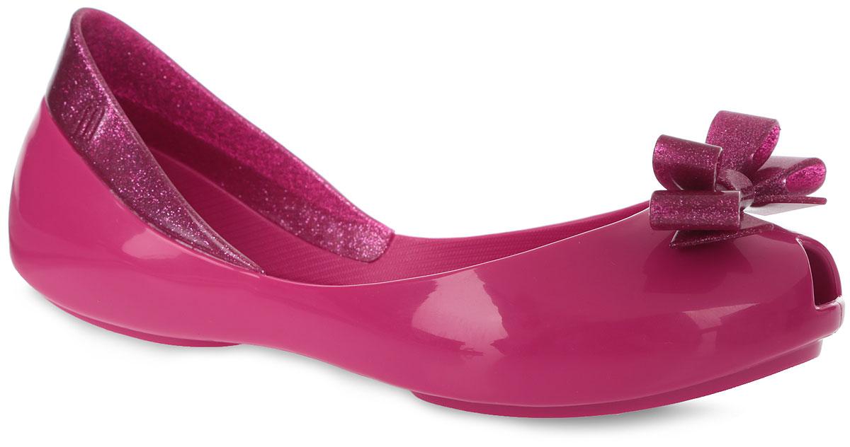 Балетки для девочки Queen. 31730-114831730-1148Восхитительные бесшовные балетки Queenn от Melissa полностью выполнены из чистого, прочного и экологичного поливинилхлорида Melflex. Этот материал обладает отличной воздухопроницаемостью. Задняя часть обуви по канту оформлена вставкой с блестящей поверхностью, мысок - милым бантиком с блестящей поверхностью и резным декоративным отверстием для лучшей вентиляции. Стелька из искусственной кожи быстро восстанавливает первоначальную форму после деформации. Небольшой каблучок и подошва оснащены рифлением для лучшего сцепления с поверхностями. Главная отличительная особенность обуви от Melissa - она вкусно пахнет карамелью.