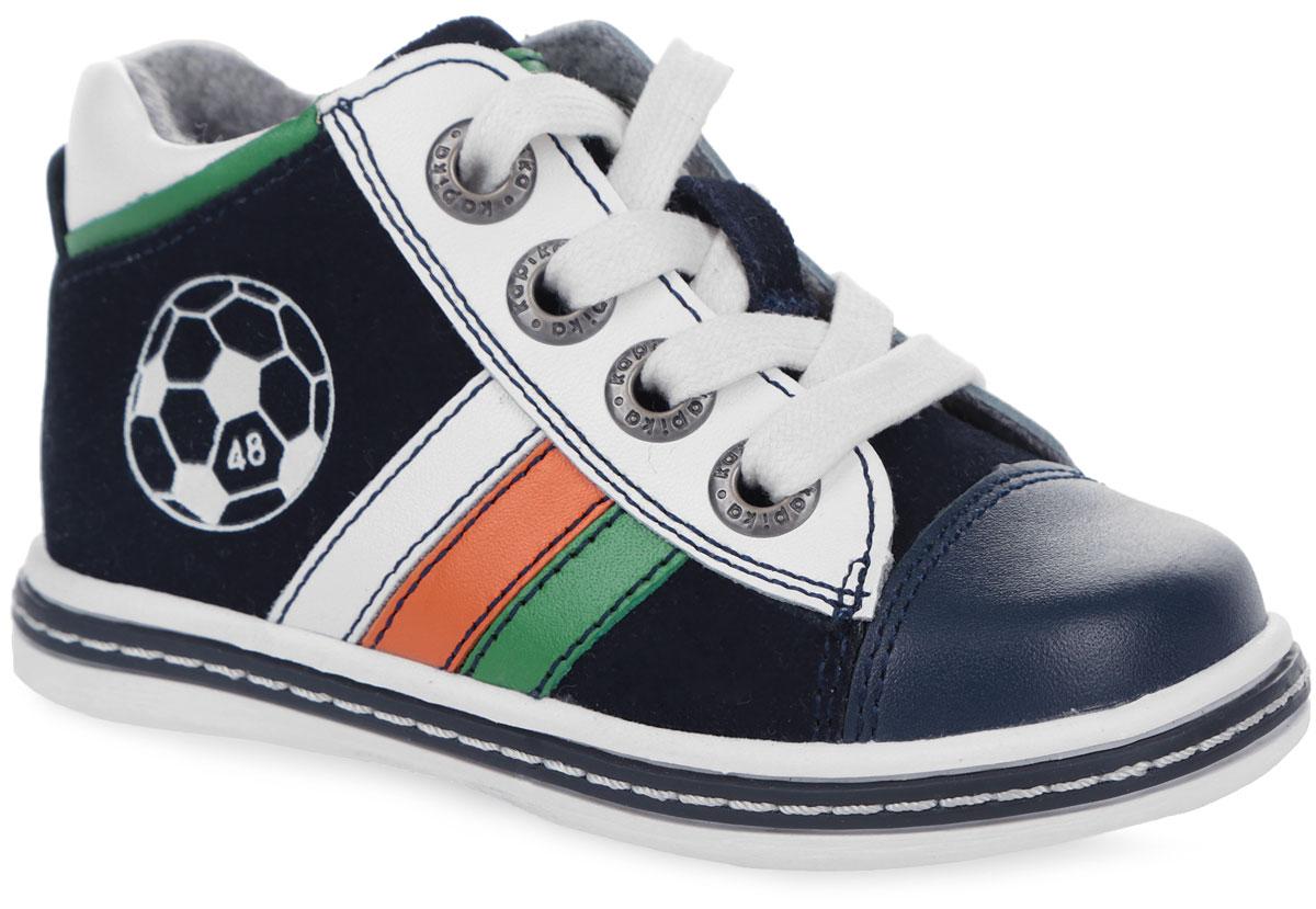 51119у-2Стильные ботинки от Kapika заинтересуют вашего мальчика с первого взгляда. Модель полностью выполнена из натуральной комбинированной кожи. Ботинки оформлены оригинальными нашивками и принтом с изображением футбольного мяча. Язычок оформлен нашивкой с названием бренда. Модель фиксируется на ноге с помощью удобной молнии. Регулировать объем можно с помощью шнурков. Стелька из натуральной шерсти дополнена небольшим супинатором с перфорацией, который обеспечивает правильное положение стопы ребенка при ходьбе и предотвращает плоскостопие. Мягкий манжет создает комфорт при ходьбе и предотвращает натирание ножки ребенка. Легкая и гибкая подошва изготовлена из ТЭП-материала, а ее рифленая поверхность обеспечит отличное сцепление с любой поверхностью. Такие модные и практичные ботинки займут достойное место в гардеробе вашего мальчика.