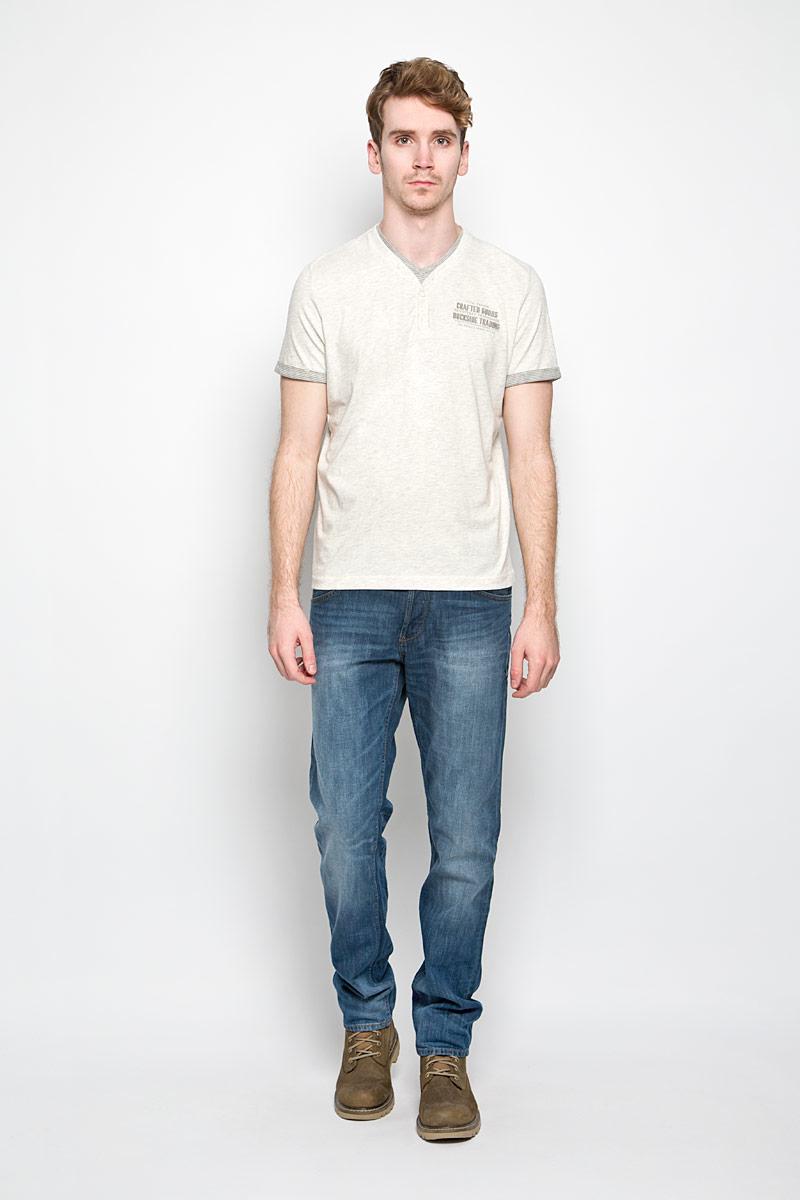Футболка1034339.00.10_2649Стильная мужская футболка Tom Tailor выполнена из натурального хлопка. Материал очень мягкий и приятный на ощупь, обладает высокой воздухопроницаемостью и гигроскопичностью, позволяет коже дышать. Модель прямого кроя с V-образным вырезом горловины и короткими рукавами. Горловина дополнена планкой с пуговицами и вставкой из материала с принтом в полоску. Низ рукава обработан небольшими манжетами из материала с принтом полоску. На груди небольшая надпись на английском языке. Такая модель подарит вам комфорт в течение всего дня и послужит замечательным дополнением к вашему гардеробу.