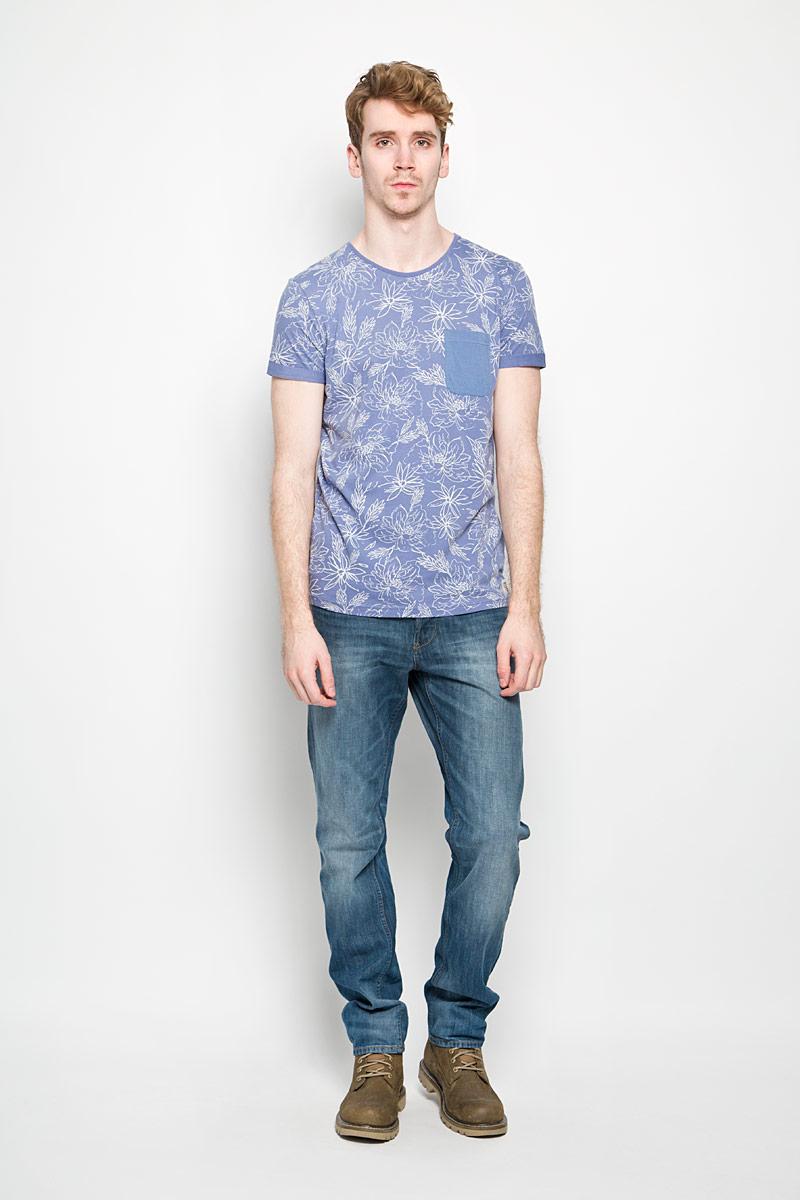 Футболка1034428.00.12_6696Стильная мужская футболка Tom Tailor выполнена из натурального хлопка и дополнена оригинальным цветочным принтом. Материал очень мягкий и приятный на ощупь, обладает высокой воздухопроницаемостью и гигроскопичностью, позволяет коже дышать. Модель прямого кроя с круглым вырезом горловины и короткими рукавами. Футболка спереди дополнена небольшим накладным карманом и нашивкой с наименованием бренда, а сзади вышитым символом бренда. Низ рукавов оформлен оригинальной подгибкой. Такая модель подарит вам комфорт в течение всего дня и послужит замечательным дополнением к вашему гардеробу.