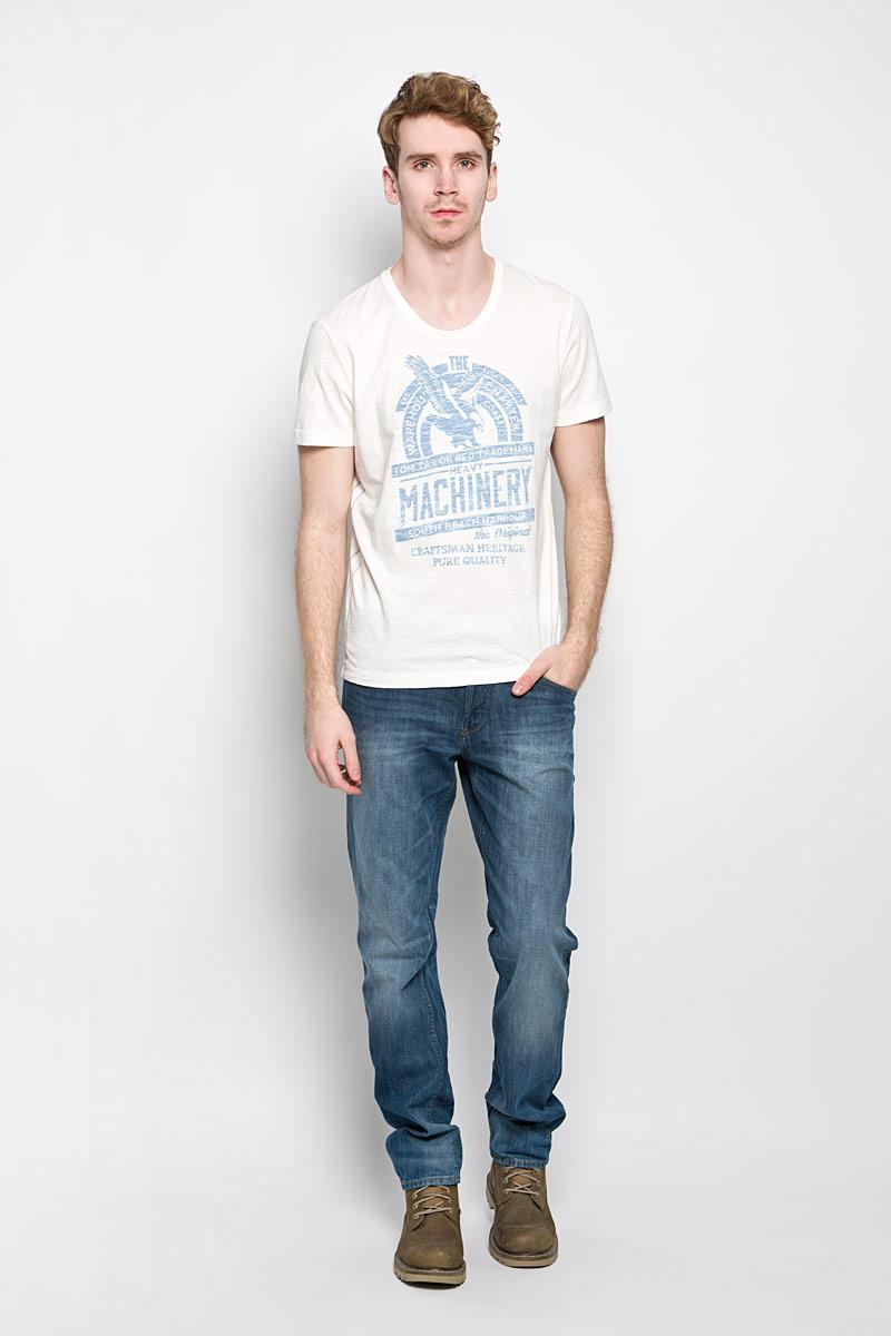 Футболка1034347.62.10_6593Стильная мужская футболка Tom Tailor выполнена из натурального хлопка. Материал очень мягкий и приятный на ощупь, обладает высокой воздухопроницаемостью и гигроскопичностью, позволяет коже дышать. Модель прямого кроя с круглым вырезом горловины и короткими рукавами. Горловина обработана трикотажной резинкой, которая предотвращает деформацию после стирки и во время носки. Боковые швы оформлены оригинальной прострочкой. Футболка спереди дополнена оригинальным принтом. Такая модель подарит вам комфорт в течение всего дня и послужит замечательным дополнением к вашему гардеробу.