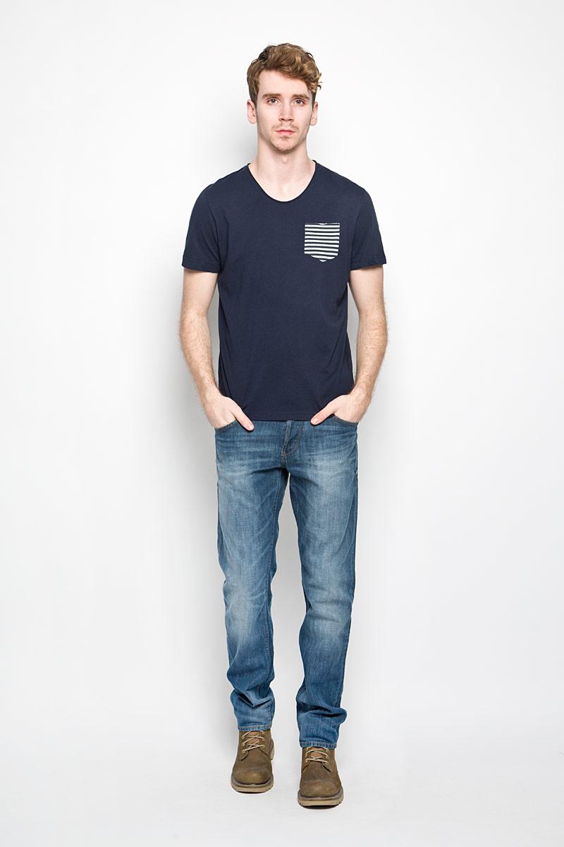 1034317.62.10_6845Стильная мужская футболка Tom Tailor выполнена из натурального хлопка. Материал очень мягкий и приятный на ощупь, обладает высокой воздухопроницаемостью и гигроскопичностью, позволяет коже дышать. Модель прямого кроя с круглым вырезом горловины дополнена на груди накладным кармашком. Кармашек оформлен принтом в полоску. Футболка дополнена нашивкой с логотипом фирмы. Такая модель подарит вам комфорт в течение всего дня и послужит замечательным дополнением к вашему гардеробу.