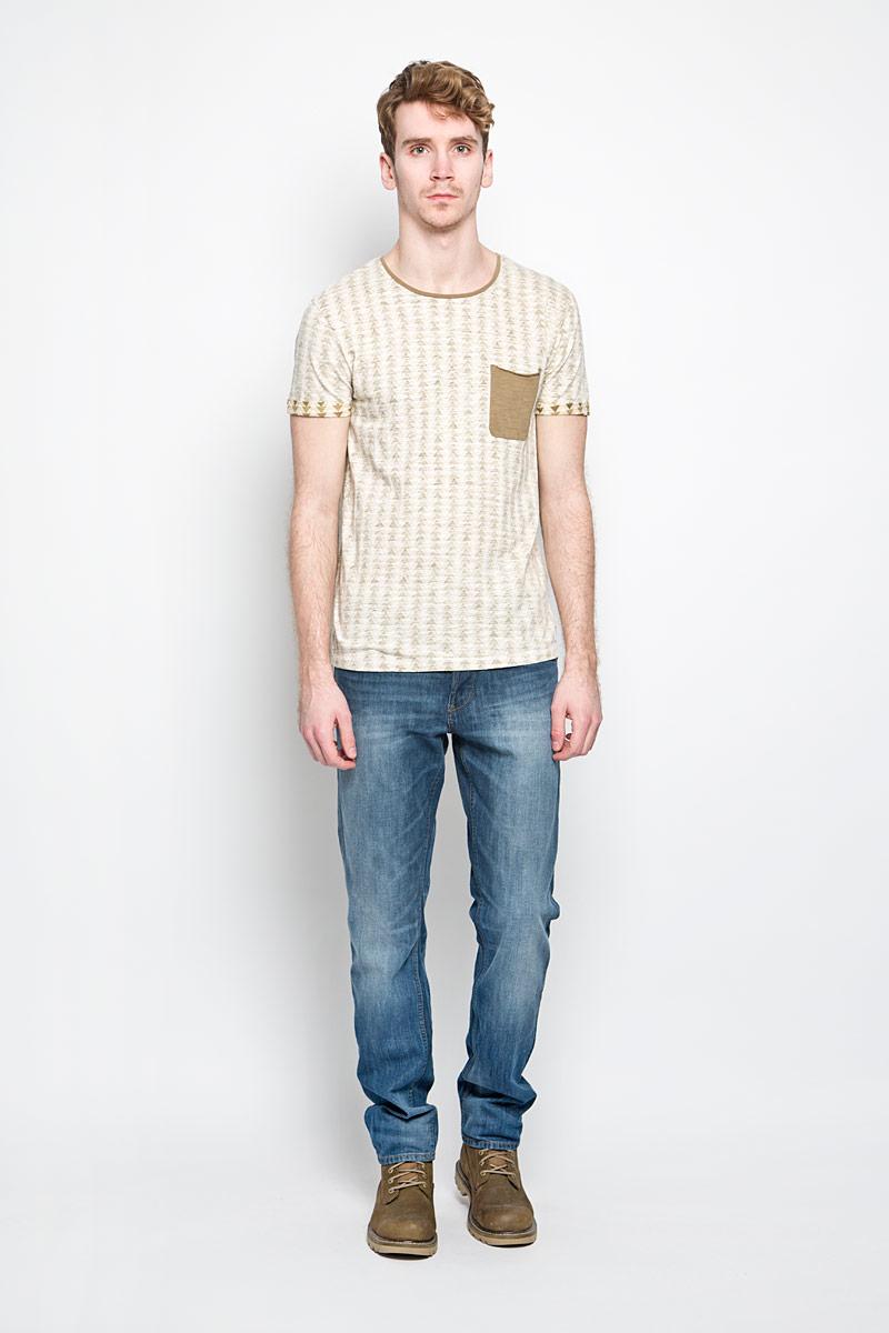 Футболка1034427.00.12_2132Стильная мужская футболка Tom Tailor выполнена из натурального хлопка. Материал очень мягкий и приятный на ощупь, обладает высокой воздухопроницаемостью и гигроскопичностью, позволяет коже дышать. Модель прямого кроя с круглым вырезом горловины и короткими рукавами. Футболка спереди дополнена небольшим накладным карманом и нашивкой с наименованием бренда, а сзади вышитым символом бренда. Низ рукавов обработан оригинальной подгибкой. Такая модель подарит вам комфорт в течение всего дня и послужит замечательным дополнением к вашему гардеробу.