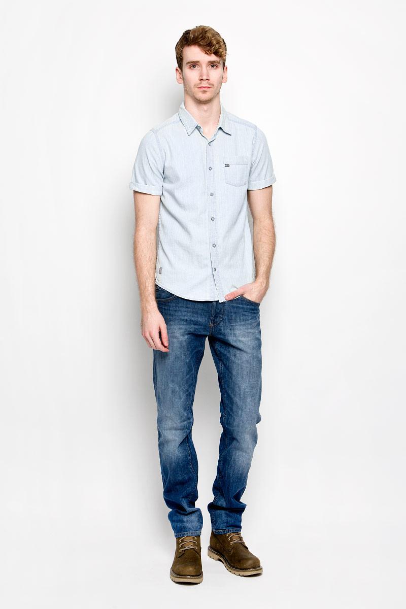 Chriss_BlueМужская джинсовая рубашка MeZaGuZ, изготовленная из натурального хлопка, прекрасно подойдет для повседневной носки. Изделие мягкое и приятное на ощупь, не сковывает движения и хорошо пропускает воздух. Рубашка с отложным воротником и короткими рукавами застегивается на пуговицы по всей длине. Рукава рубашки дополнены декоративными отворотами. На груди расположен накладной карман. Изделие украшено небольшими текстильными нашивками. Такая модель будет дарить вам комфорт в течение всего дня и станет стильным дополнением к вашему гардеробу.